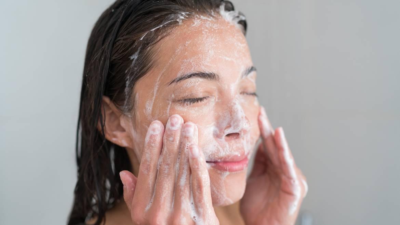 La limpieza facial tiene más beneficios de los que imaginas.